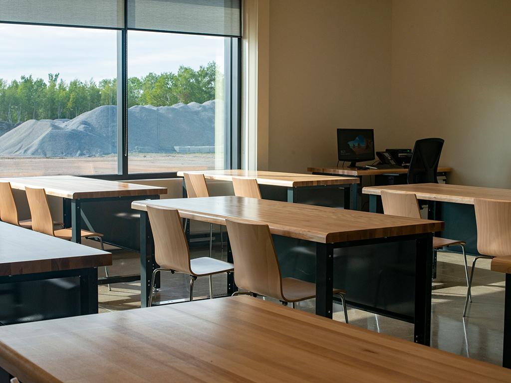 Salle de formation avec table et dessu de bois