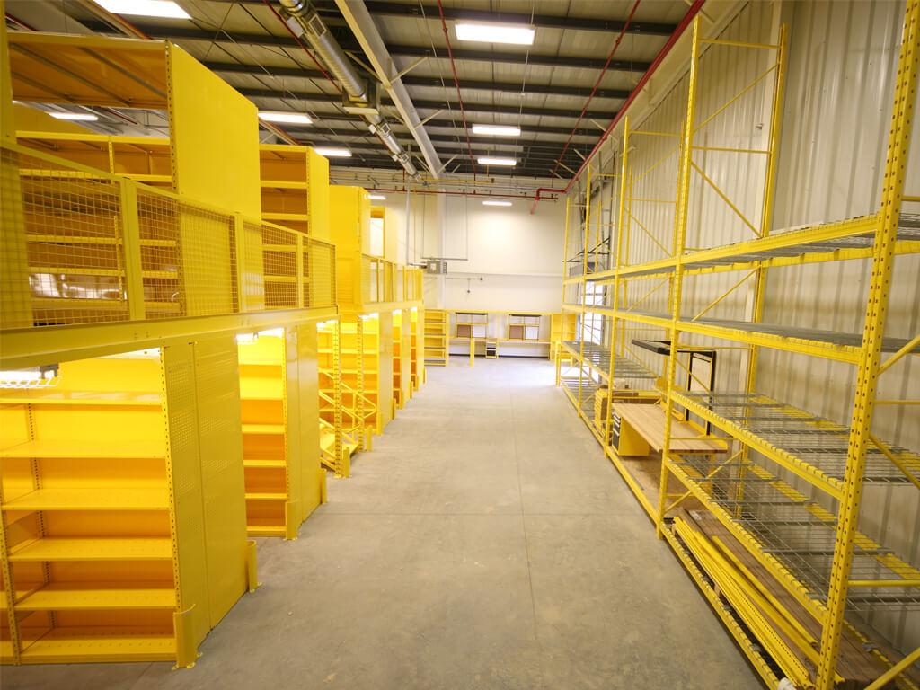 Étagère multi-niveaux jaune